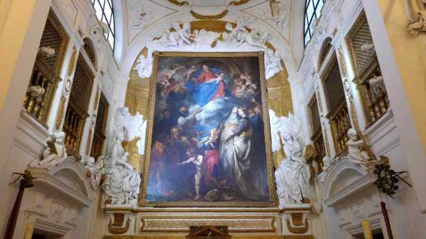 detalle-presbiterio-con-cuadro-de-altar